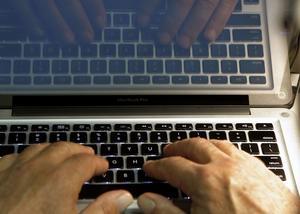 Polisen gjorde en husrannsakan och undersökte mannens dator. (Arkivbild)