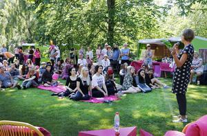 Att Gudrun Schyman väcker intresse och drar folk märktes i Kvarnparken.