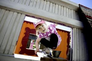 TITTUT.  Kojorna har öppna fönstergluggar och inga tak, istället finns det trasmattor som barnen använder som dörrar eller tak.
