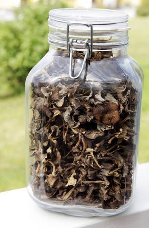Torkade trattkantareller kan användas under hela året. Det är en god matsvamp som passar bra i såser och stuvningar.