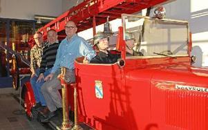 Anders Jernberg, Lars-Åke Johansson och Ulf Johansson på Avestas första brandbil, som fortfarande rullar. Foto: Eva Högkvist