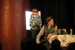 Jaktstugan är välutrustad med kylskåp och dryckesvaror i Folkteaterns föreställning Älgaslag. Arabella Lyons och Ani Guinez är två kvinnor med manliga roller i pjäsen.