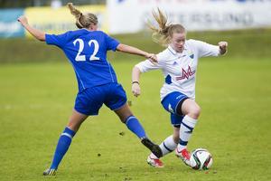 Ope knäckte tidigare serieledaren Heffnersklubban med 3–0 hemma på Torvallen och tog över förstaplatsen. Här tar sig Opes Laura Danius förbi Olivia Åsberg.