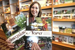 Nu årets turistbroschyrer med Bergslagen och Nora klara visar Heléne Sommar, turistassistent.