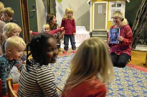 Två gånger varje vecka håller Lisbeth Evaldsson i en berättarstund på sagomattan. Bild: JAN WIJK