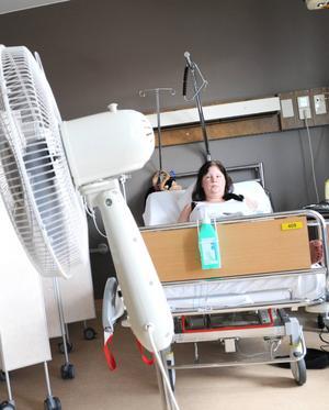 Jenny Viklund säger att värmen i hennes rum bara skjutsas runt av den fläkt som blivit ditsatt.