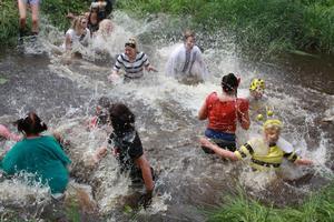 Många hoppade frivilligt ner i vattnet när dragkampen var över.