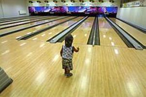 Foto: LEIF JÄDERBERG Strike? Tvåårige Amir Omar Honein kände på bowlingbanan. En blivande storbowlare, kanske.
