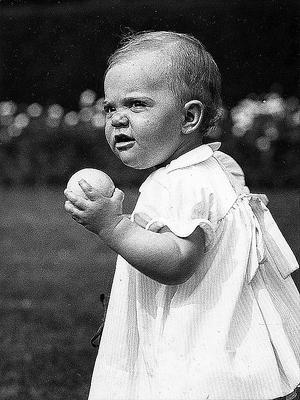 Kronprinsessan Victoria under sin första födelsedag.
