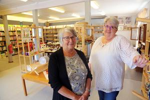 Ingegerd Nordblom och Inga-Britt Thel  jobbade under tisdagen på Kupan i Hede. Ett  20-tal personer jobbar ideellt och håller butiken igång.