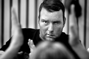 I tre års tid har NA:s fotograf Håkan Risberg och reporter Johan Arvidsson följt strokedrabbade örebroaren Jimi Fritze, som fick höra sin egen dödsdom av läkare på Sahlgrenska sjukhuset i Göteborg.