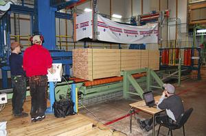 Huvudmålet för dagsutflykten var Fiskarhedens sågverk där man på nära håll kunde se den högteknologiska produktionen.