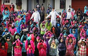 Barnen har tränat in en dans till Mando Diaos VM-låt.