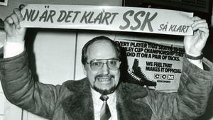 Före detta SSK-ordföranden Nils Andersson firar att SSK gått upp i elitserien 1983.