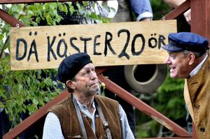 Kostsam dans. Snåla handlarn (Leif Broms) vill inte betala Botvid (Ingemar Haglund) 20 öre för att gå på dans.