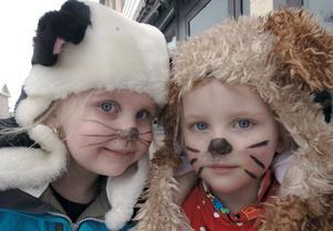 Cornelia Jennerbrand heter katten tillvänster medan Linnea Sundfors är utklädd till hund.
