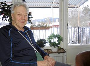 Kjell Örjes är uppväxt i Strandbro och har klara minnen av hur det gick till när Nybrobacken anlades under slutet av 1930-talet.