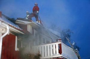Rökdykare arbetade med släckningsarbetet inne i huset.