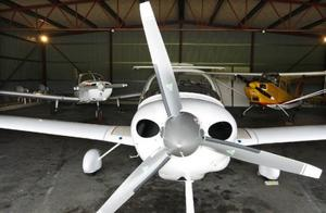 De tre flygplanen som är till salu står i samma hangar vid Opefältet.