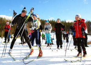 Gunde Svan höjer segrarinnan Michelle Cranning-Hillgrens hand. Till höger i bild syns Tuva Hedström som blev trea i finalen.
