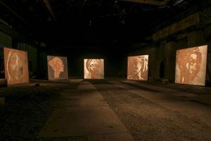 Karen Oetling och Erik Ravelos fem stora verk på plåt relaterar till de syraattacker som kvinnor utsätts för.