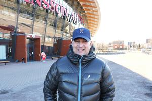 Magnus Andersson, marknadschef på SAIK, arbetar febrilt inför bandyfinalen.
