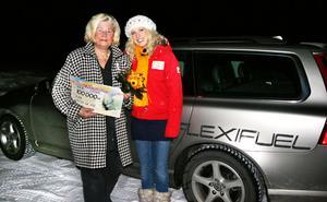 Ensam om vinsten. När Lilian Eklund (till vänster) uppgav sin postboxadress i Ljusdal blev hon ensam vinnare på postkoden. 101000 kronor och en bil kom Sandra Dahlberg med, något som tv-publiken kunde se i lördags.