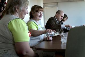 Vi är nere. Marie-Louise Eriksson och Malin Eriksson, städare i Fredriksberg berättade för stadsminister Fredrik Reinfeldt om hur det är i kommunala städarsverige där deras ytkesgrupp inte ens finns med i lönestatistiken.