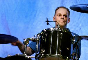 Fredrik Larzon är trummis i Millencolin. Nu startar han en rockklubb i Örebro.