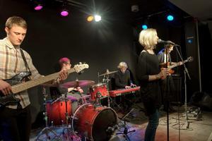 I Kulturhusets B-sal spelade popgruppen Vi & Hon.