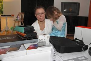 Anneli Jussi med dottern My. Anneli Jussi känner sig lurad av försäljaren, som hon hävdar sa att datorn och surfplattorna skulle vara gratis med abonnemanget.