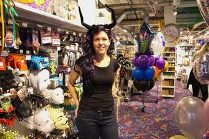 Charlotte Lindblad på Partyland har beslutat att ta bort clownmasker från butiken.