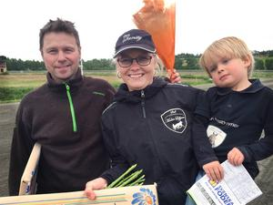 Jan-Olof Johansson och Malin Löfgren (här med sonen Charlie) tog hem kusk- respektive tränarchampionatet på Ovalla.