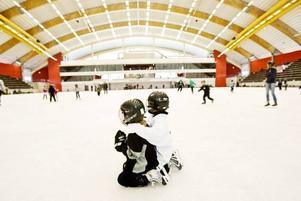 HISTORISKT. Sol och sommar ute. Kyla och is inne. Vintern började tidigt i Sandviken i år. Flera hundra personer tog chansen att prova nya Göransson Arena inifrån vid gårdagens historiska ispremiär.