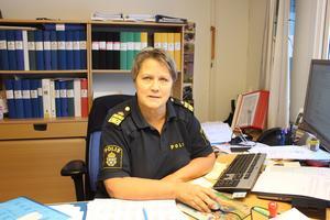 Agneta Kumlin anser att poliskrisen i den nya organisationen inte bara rikspolischefens fel utan hela den nationella ledningsgruppens. Därför bör hela ledningsgruppen avgå.