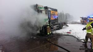Lastbilen började brinna i främre delen.