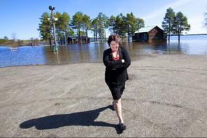 Gamla kansliet och logen står i vatten, men HIF:s ordförande Annika Eriksson försöker hålla humöret uppe.Foto: Håkan Luthman