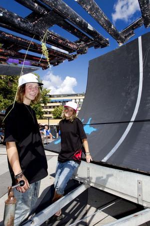 Oscar Berlin och Rosie Lundh älskar extremsporter. De har byggt två stora ramper, så kallade spines, på Stortorget. Alla ungdomar är välkomna att åka under onsdagen.