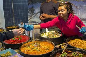 Bildtext 4: I London finns riktigt bra indisk mat. Här för den som vill äta i farten, på Brick Lanes Boiler House.    Foto: Elin Swedenmark