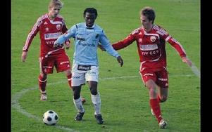 UPPVAKTAD. Gefles Amadou Jawo uppvaktas av Faluns Daniel Karlsson och Thomas Johansson.