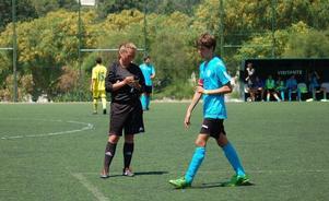 Att vara fotbollsdomare är inte det lättaste. Speciellt inte om man inte förstår vad spelarna säger. Därför försöker Erika Persson att lära sig holländska.