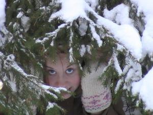 Min dotter Linn under en snötäckt gran som hon kröp in under när vi var på en promenad i Bjurhovdaskogen:)