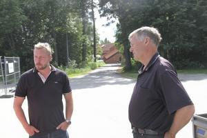 Tekniske chefen Lars Stål och skolans vaktmästare Hans-Olof Jonsson samtalar om konsekvenserna.