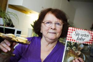 Anna-Lisa gillar att baka och när hon om knappt två månader har födelsedag, vill hon bjuda gästerna på lika många kaksorter som hon fyller år – 80 stycken. Inspiration och recept hittar hon i kokböcker som hon samlat på sig under åren. Favoritboken just nu är Sju sorters kakor.