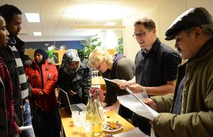 Högtryck. Många arbetssökande passade på att besöka rekryteringsdagen på Arbetsförmedlingen i Hällefors där bland annat kommunens omsorg fanns på plats för att fylla på vikariebehovet.