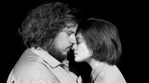 """William C. Woxlin och Matilda Blomquist gör två av rollerna i pjäsen som har urpremiär i Ludvika i helgen. """"Det har varit mycket känslor under repetitionerna eftersom texten står mig mycket nära"""", säger Matilda Blomquist."""