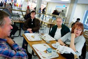 Christer Johansson, Reidar Eriksson, Göran Asplund och Eiwor Hellby träffas på fiket i Kärnan där de kan gå på toaletten utan att använda mobilen.