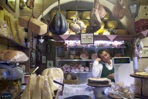 PÅ NÄRA HÅLL. Dagsfärska grönsaker, nyriven parmesan och nästintill levande musslor går att handla från kvarterets lilla torghandel.
