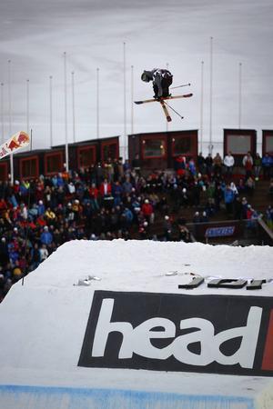 Publiktillströmningen var god i Åre under lördagen. Här är det en av hopparna som bjuder på en luftfärd.
