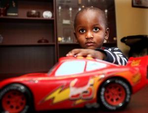 Raymond Jonsson älskar bilar och tåg. Blixten McQueen är en favorit. I Kenya hade Raymonds framtid varit osäker.